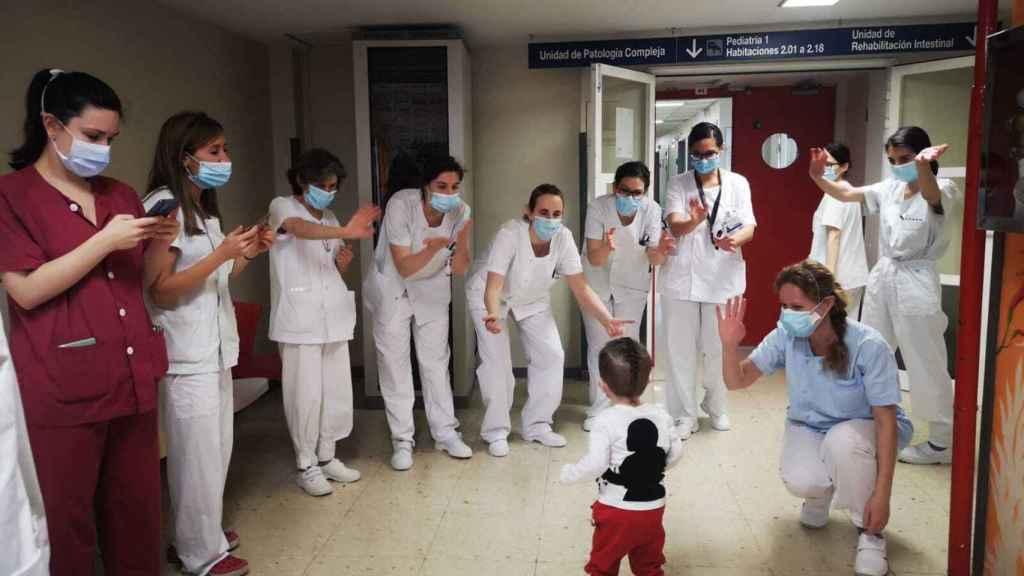 Varios sanitarios aplauden a Victor tras recibir el alta hospitalaria.