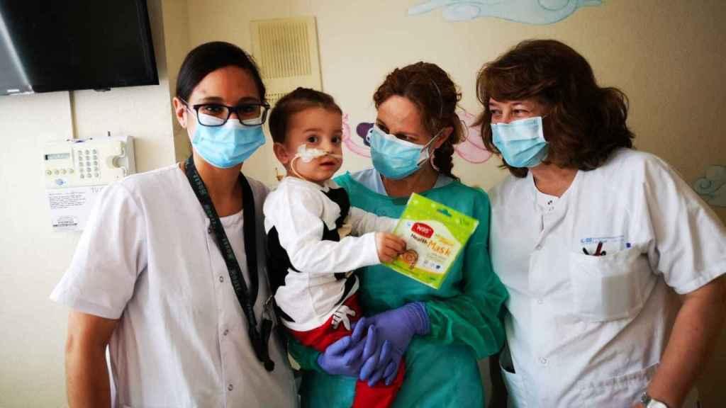 Un grupo de sanitarias con Victor, el día de su alta.