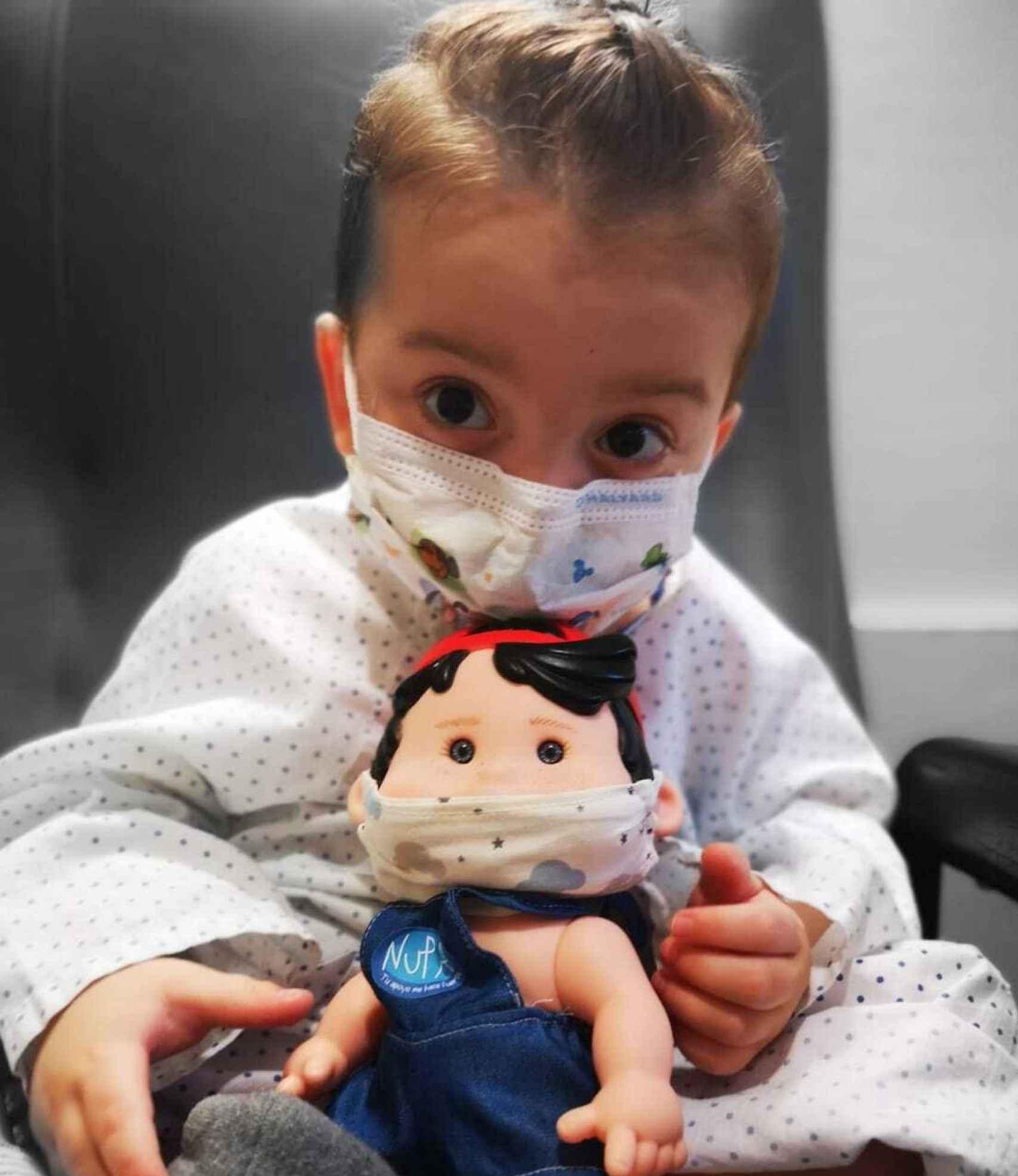 El pequeño Victor con un muñeco, en el hospital.