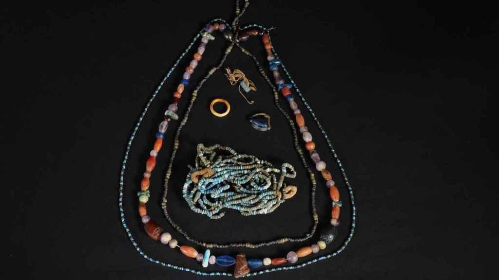 Los collares hallados durante la última campaña del Proyecto Djehuty.