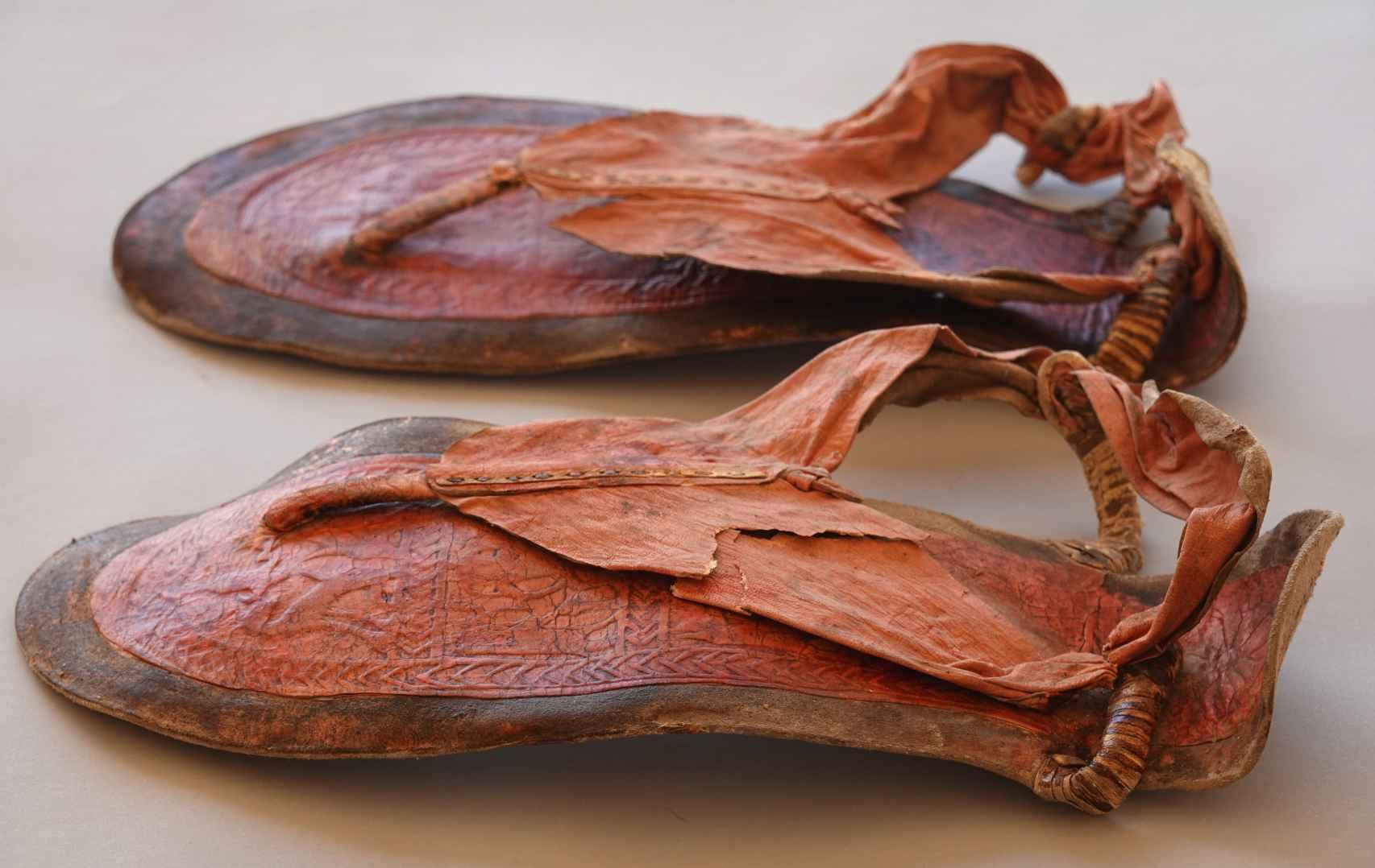 Imagen de las sandalias de cuero descubiertas.