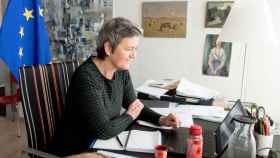 La vicepresidenta de la Comisión, Margrethe Vestager, trabajando en su despacho