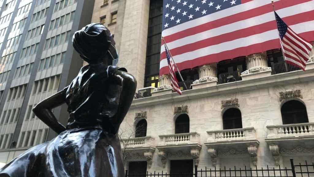 Escultura con mascarilla frente a las puertas de la Bolsa de Nueva York.