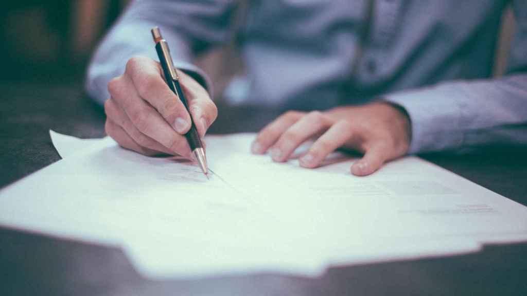 Imagen de la firma de un contrato.