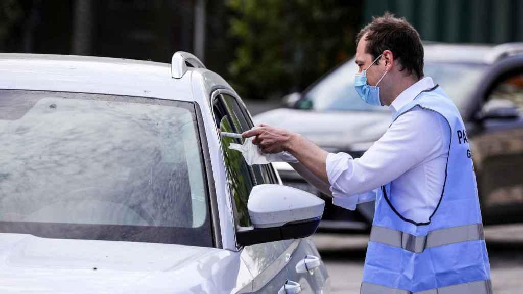 Un operario realiza un test rápido a un ciudadano de Múnich.