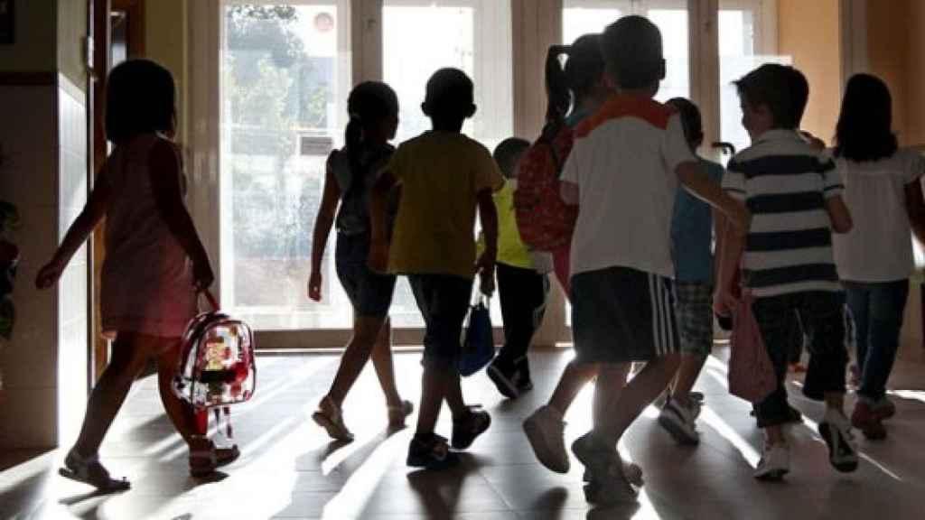 Niños a la entrada de un colegio