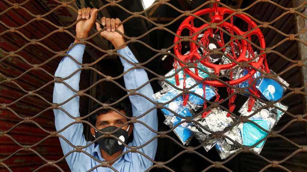 Un vendedor ambulante vende mascarillas en una calle de Daca
