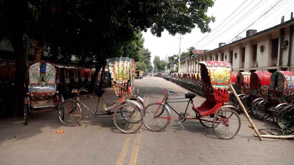 Tuk tuks en hilera, a modo de barricada improvisada para cortar una calle de Daca