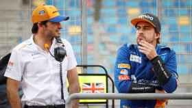 Fernando Alonso y Carlos Sainz, durante un test de la Formula 1 con McLaren