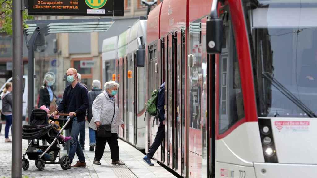 Ciudadanos alemanes usan el transporte público con mascarillas.