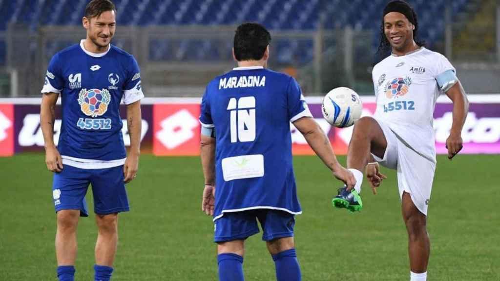 Maradona y Ronaldinho durante un partido benéfico