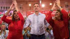El presidente del Gobierno, Pedro Sánchez; la ministra portavoz María Jesús Montero y la secretaria general del PSOE-A, Susana Díaz, en un acto en Sevilla.