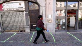 Las líneas marcan la separación de la cola para entrar en una tienda en Bruselas.