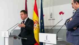 El presidente de Castilla-La Mancha, Emiliano García-Page, y el consejero de Sanidad, Jesús Fernández Sanz, este domingo en rueda de prensa. Foto: Junta de Comunidades