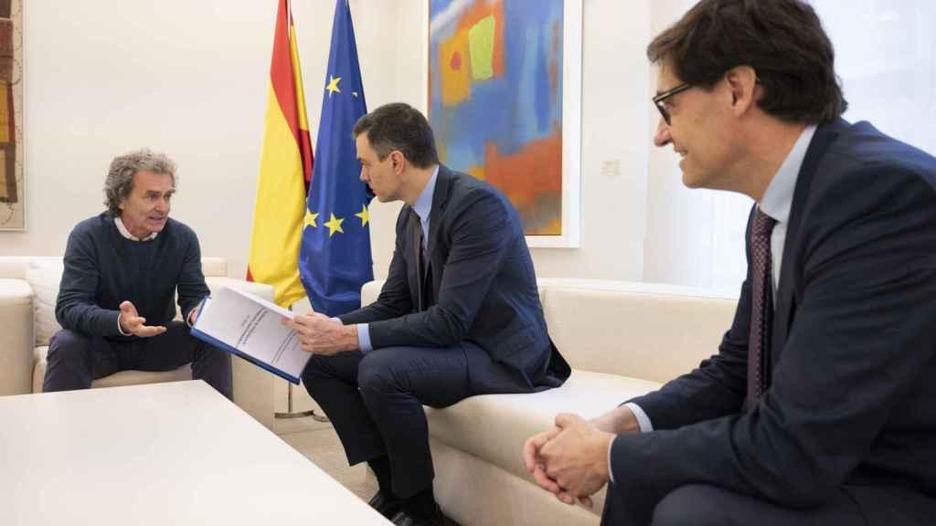 El presidente del Gobierno, Pedro Sánchez, junto al ministro Salvador Illa y el director del Centro de Emergencias Sanitarias, Fernando Simón.