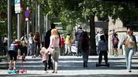 Varias familias pasean con sus hijos este domingo en la Diagonal de Barcelona