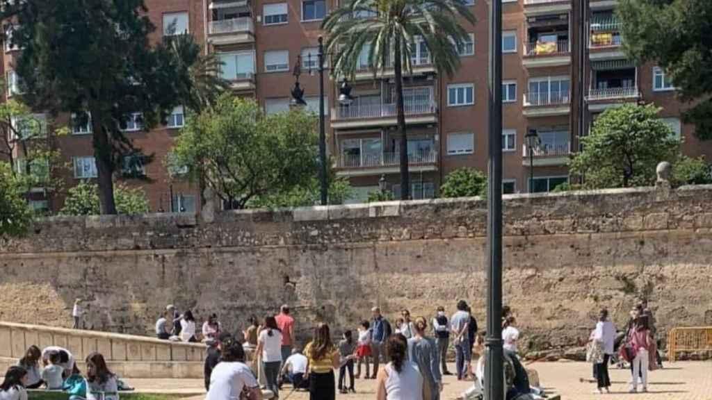 Desmadre a la española: pasacalles, aglomeraciones y padres sin mascarilla con el pretexto de los niños