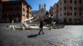 La plaza de España de Roma, casi vacía este sábado