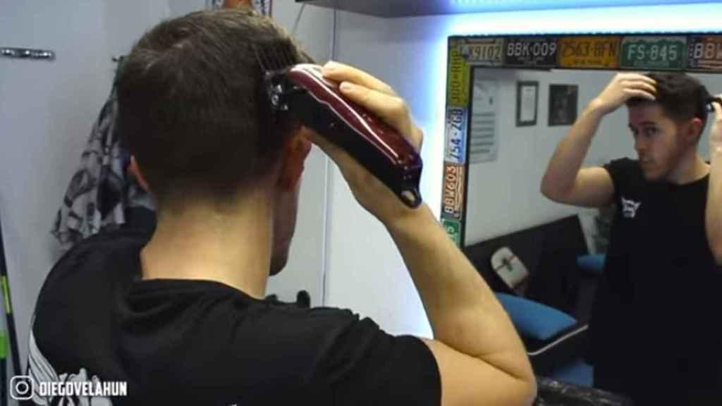 Un 'youtuber' explica cómo cortarse el pelo en casa.