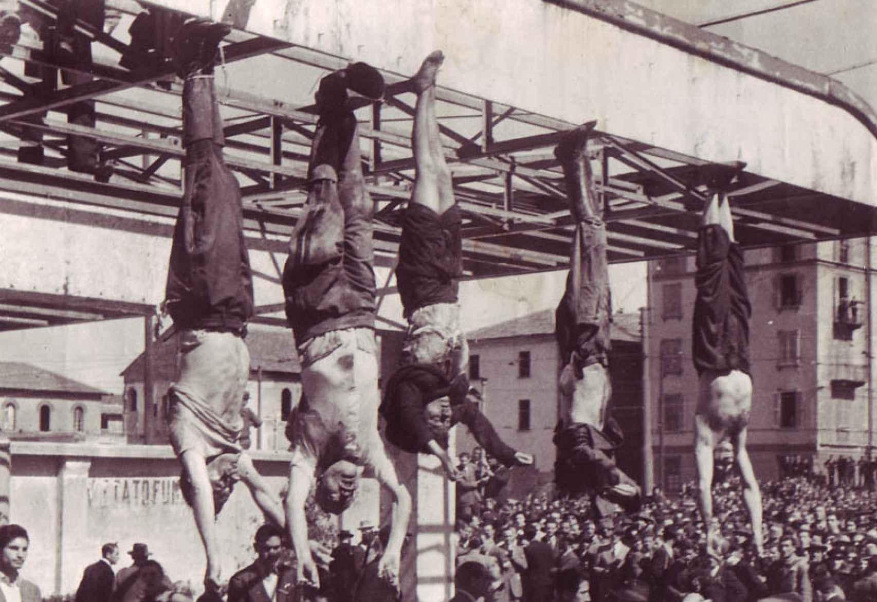De Izquierda a derecha: Nicola Bombacci, Benito Mussolini, Clara Petacci, Alessandro Pavolini y  Achille Starace, siendo exhibidos en la Plaza de Loreto en la ciudad de Milán el año 1945.