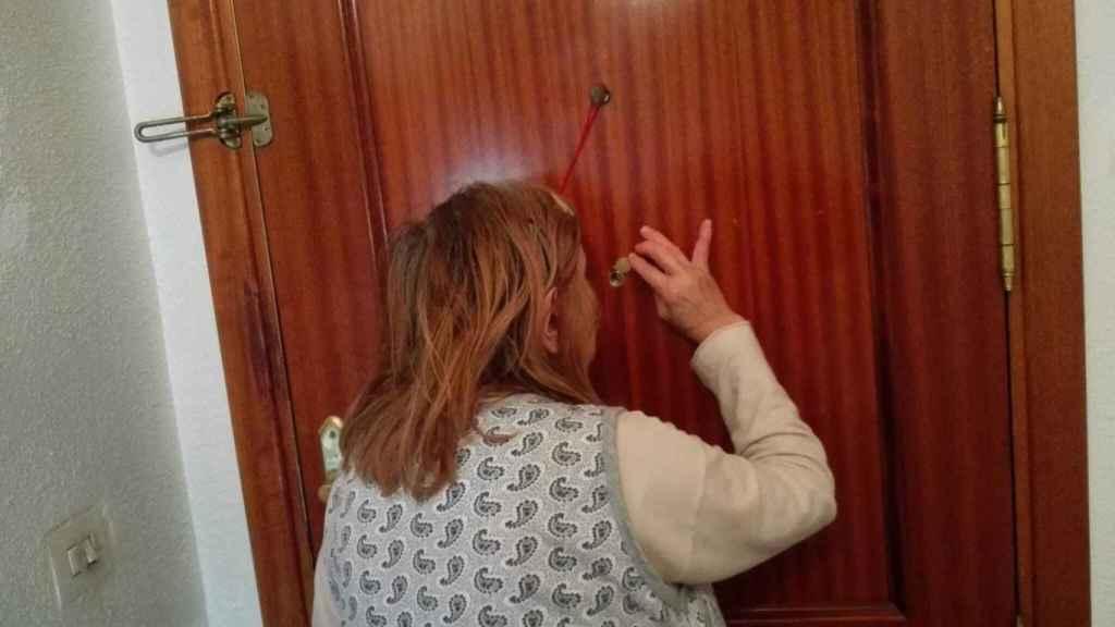 Sara -nombre ficticio- desde que fue agredida sexualmente por su vecino, antes de salir de casa, siempre revisa por la mirilla.