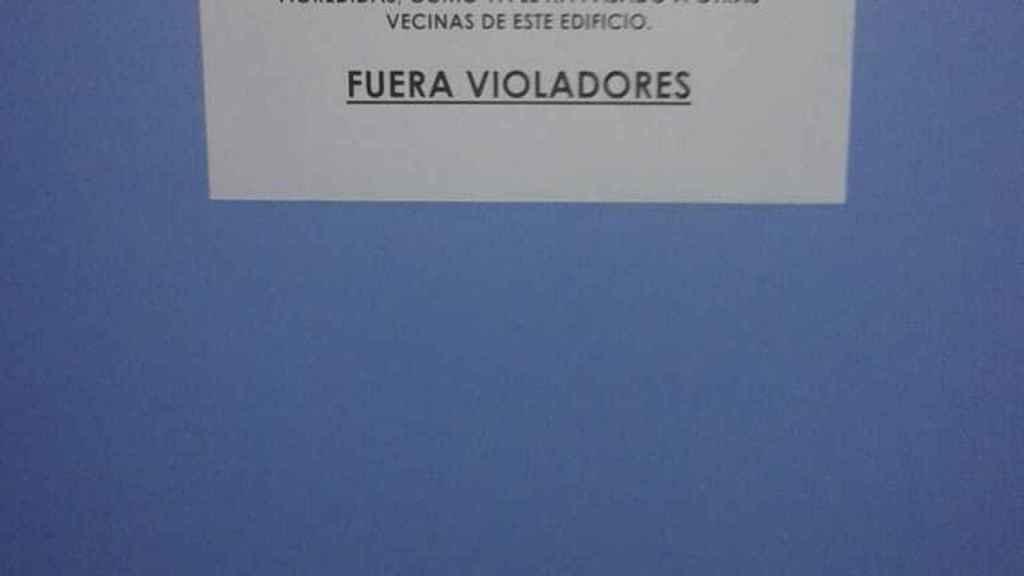 Cartel que los vecinos del bloque del Barrio del Infante Juan Manuel le dedicaron a Mario cuando se acabó la orden de alejamiento.