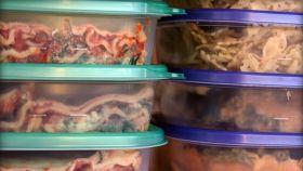 Una imagen de archivo de sobras de comida en tarteras.
