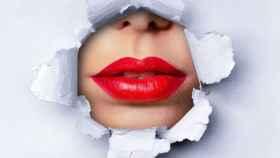 Los labios se llenan de color.