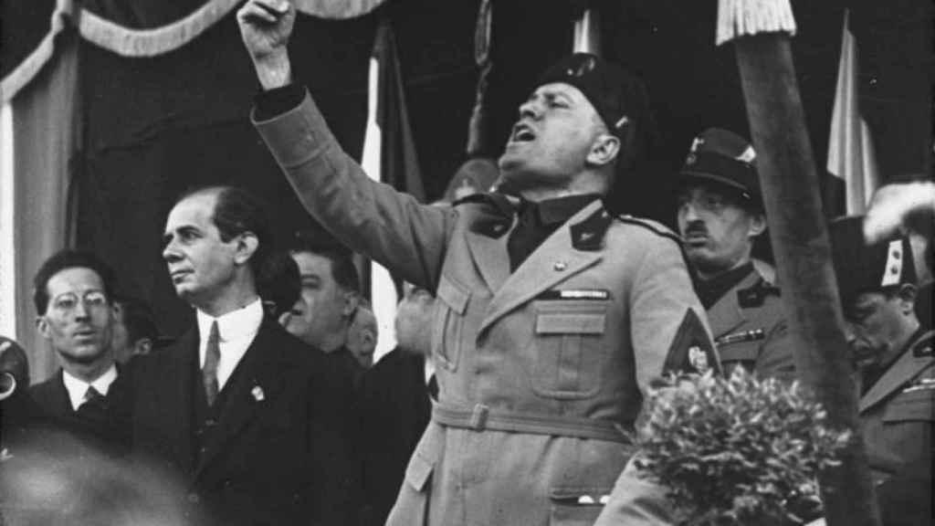 Discurso político de Mussolini en la tribuna de la plaza de Milán en mayo de 1930.