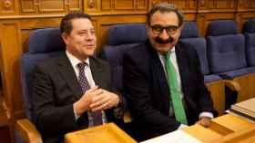 Emiliano García-Page (i) y Jesús Fernández Sanz (d) en las Cortes de Castilla-La Mancha (Imagen de archivo)