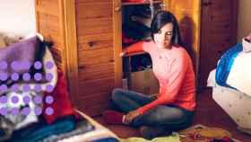 Una chica, haciendo el cambio de armario.