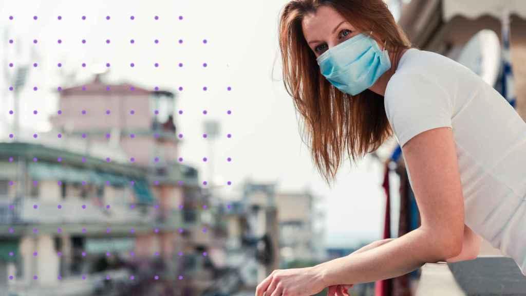 Una mujer en su balcón durante el confinamiento.