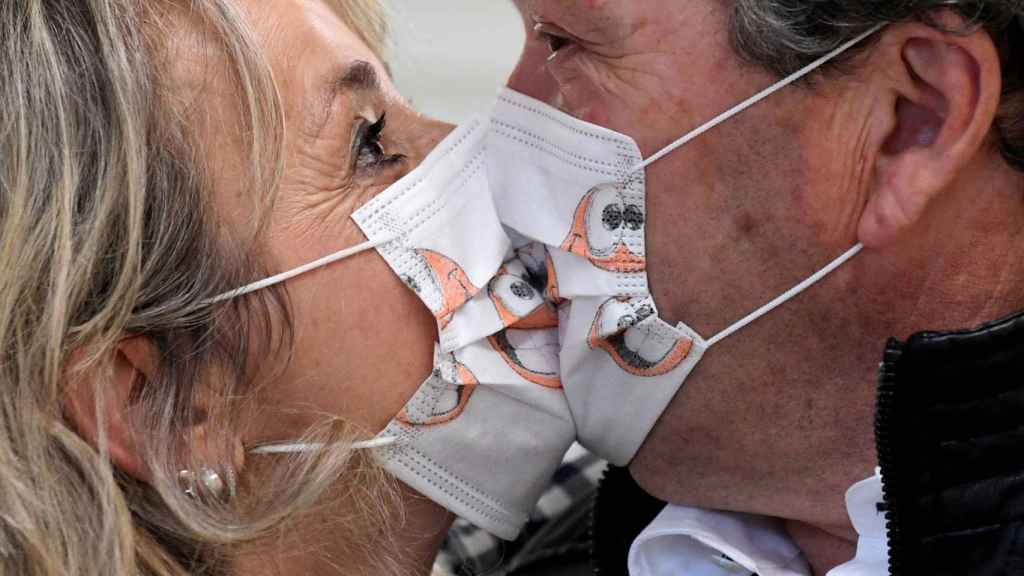El beso con mascarilla, tendencia en tiempos de pandemia.