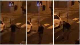 El hombre, con la catana en su mano, desde la calle.