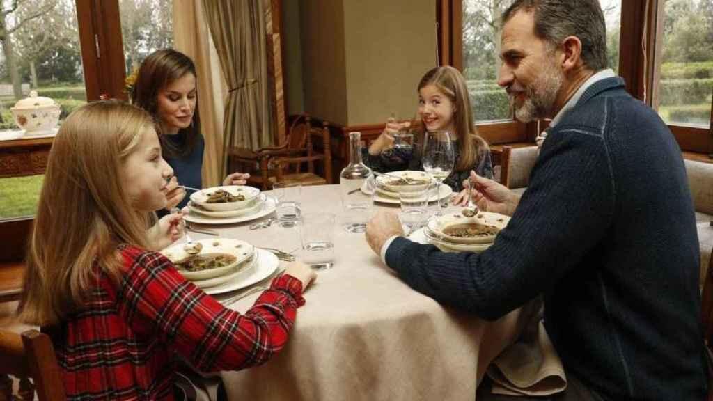La Familia Real almorzando en el comedor de su casa.