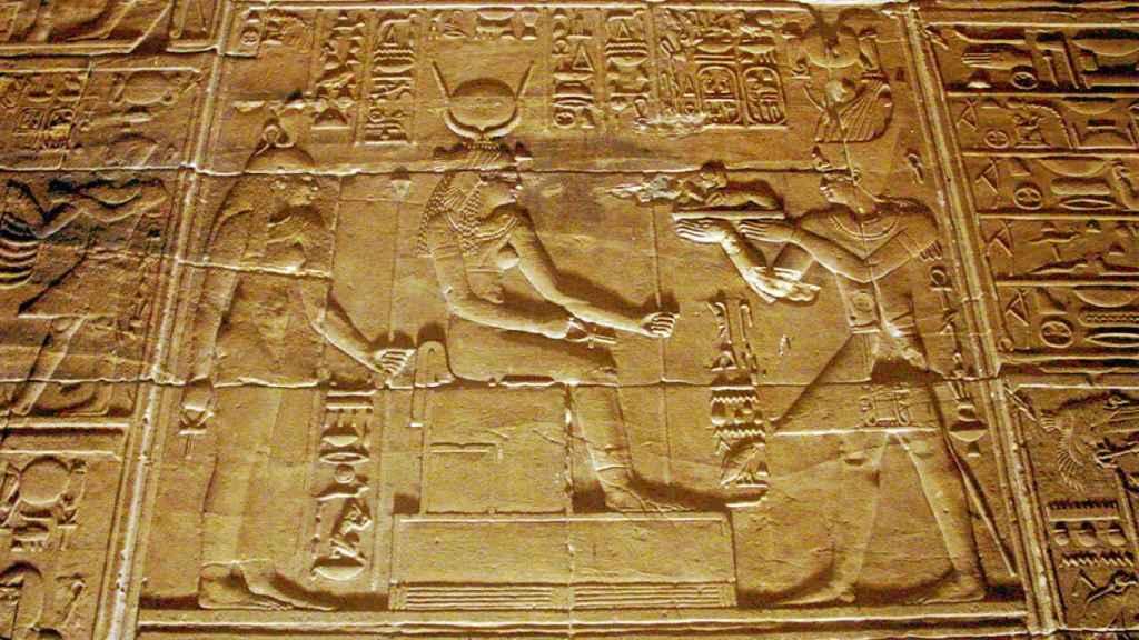 Bajorrelieve en el templo de File, mostrando a Ptolomeo II oferente ante Isis.