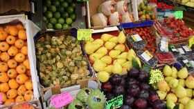 Distintos tipos de frutas a la venta en una frutería.