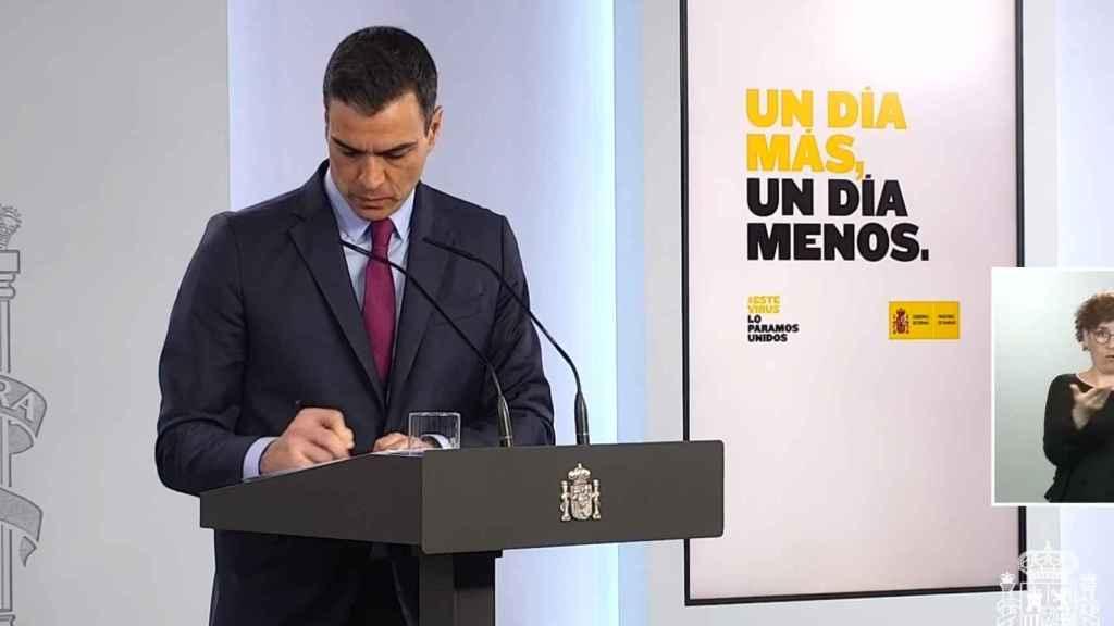 Pedro Sánchez, escuchando una de las preguntas de la prensa en Moncloa.