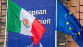 Las banderas de México y la UE, en la sede de la Comisión en Bruselas