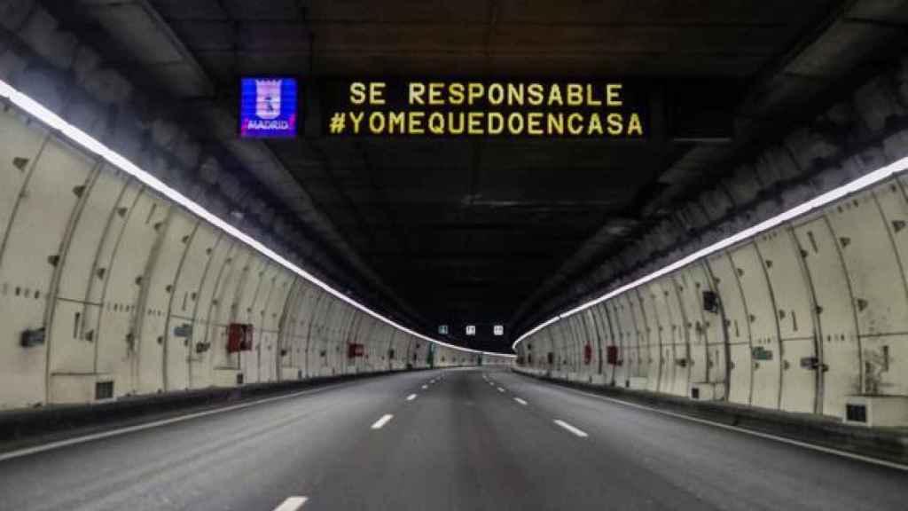 Imagen de la M-30 de Madrid totalmente vacía de coches.