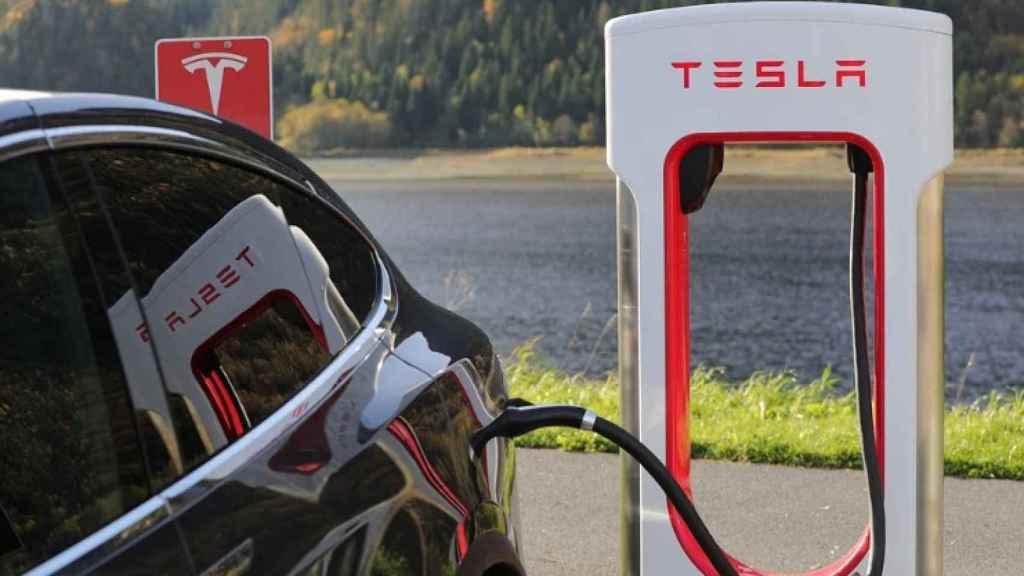 Un vehículo Tesla conectado a un punto de recarga eléctrica.