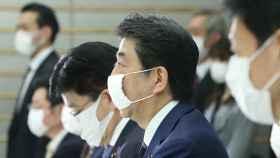 El primer ministro nipón, Shinzo Abe, con una de las mascarillas que su Gobierno reparte.