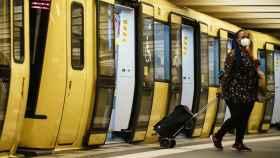 Una pasajera con mascarilla en el Metro de Berlín