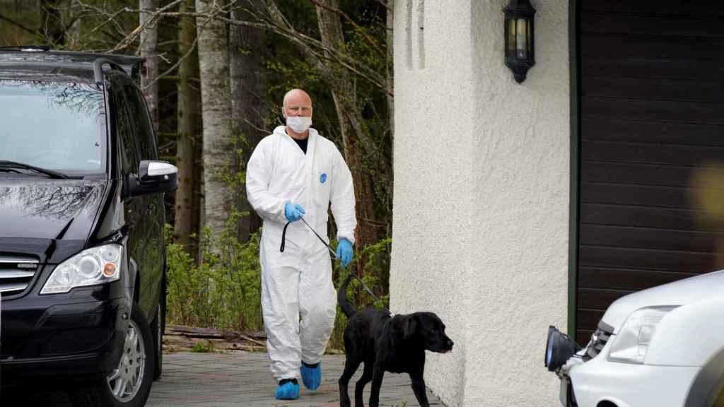 La Policía científica analiza la residencia de Hagen.