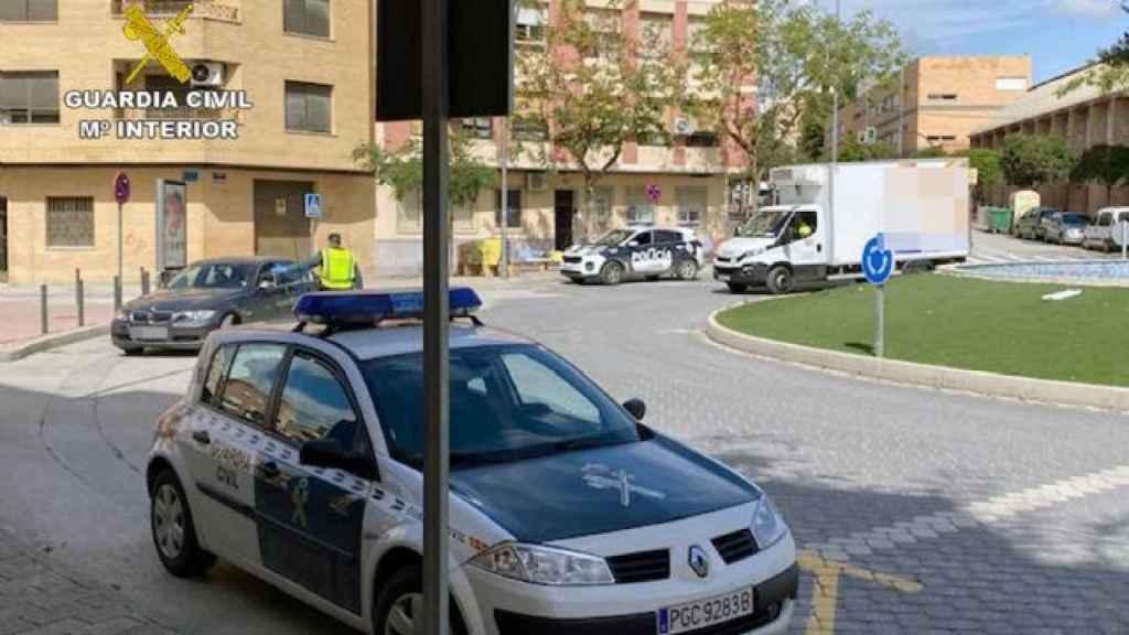 Una patrulla de la Guardia Civil durante un control en las calles de Cieza.