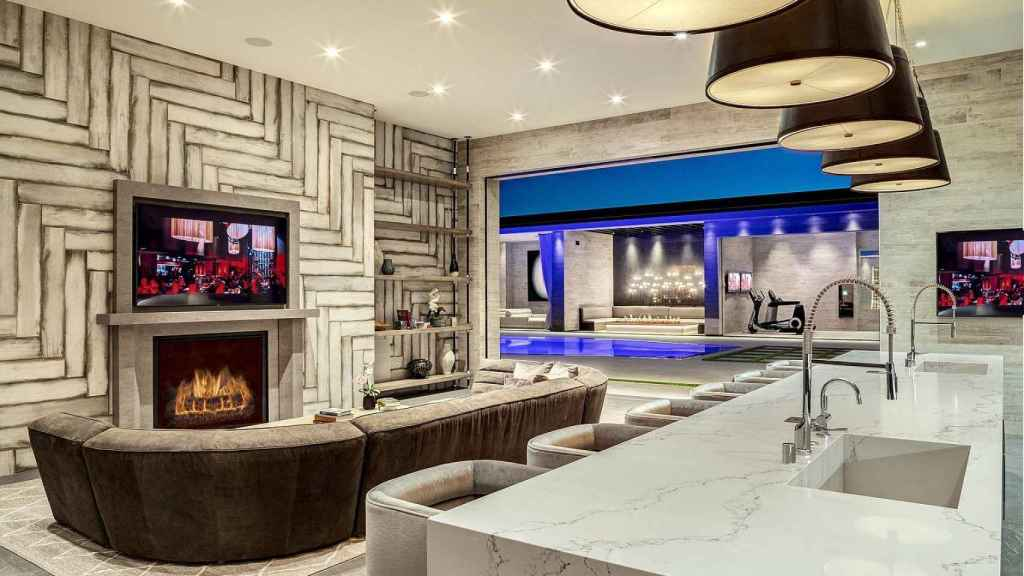 La vivienda cuenta con una gran oferta de entretenimiento para poder divertirse sin tener que abandonar la propiedad.