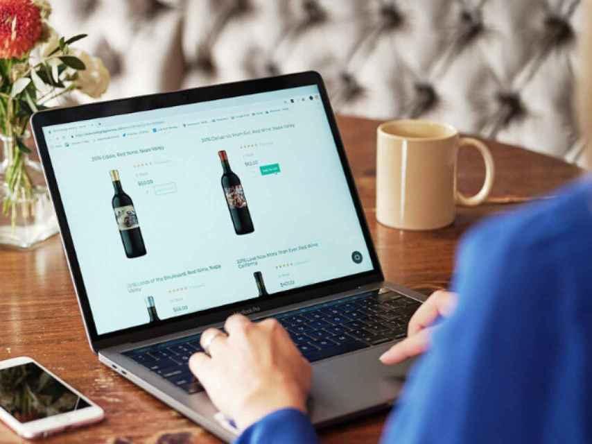 Los consumidores se han volcado hacia la compra de vino por internet.
