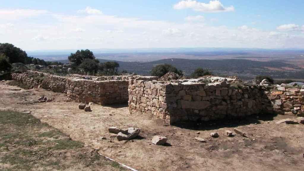 El castro de Las Labradas se encuentra entre los términos municipales de Arrabalde y Villaferrueña.