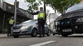 La Policía multa a los que no cumplen las normas.