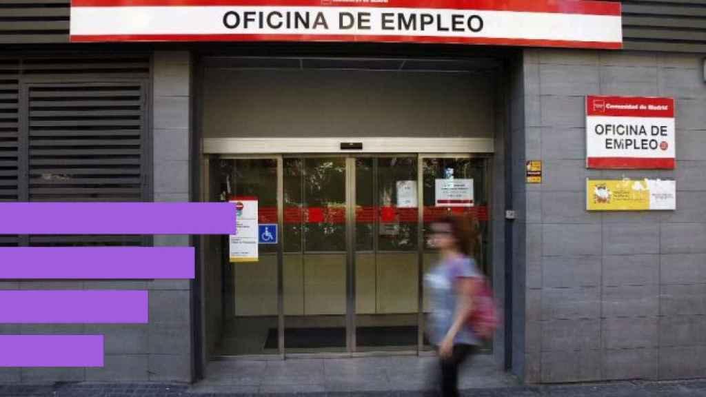 Una mujer delante de una Oficina de Empleo.